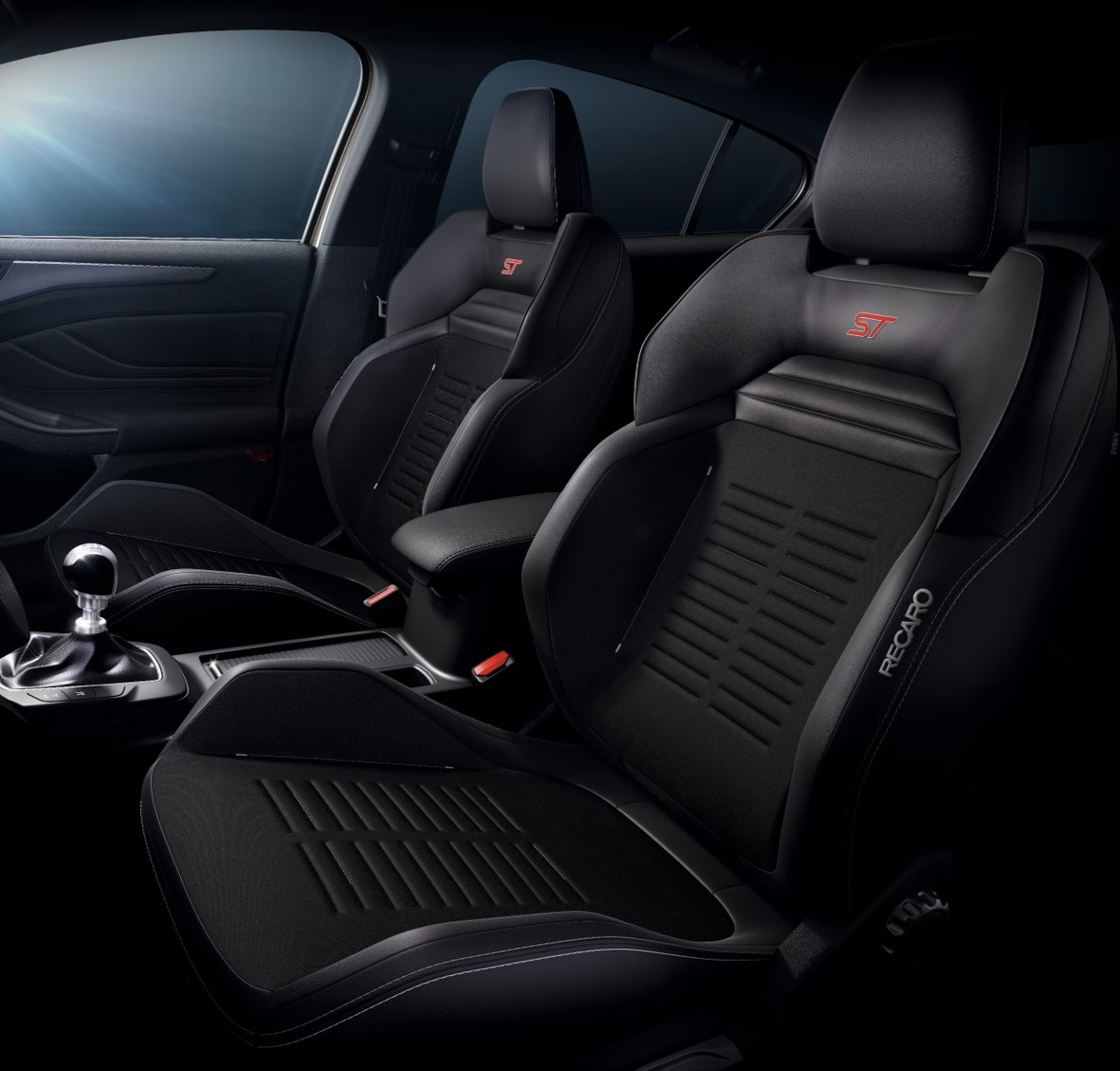 Ford Focus ST Wagon 標配 ST 專屬賽道級 RECARO 運動跑車座椅。