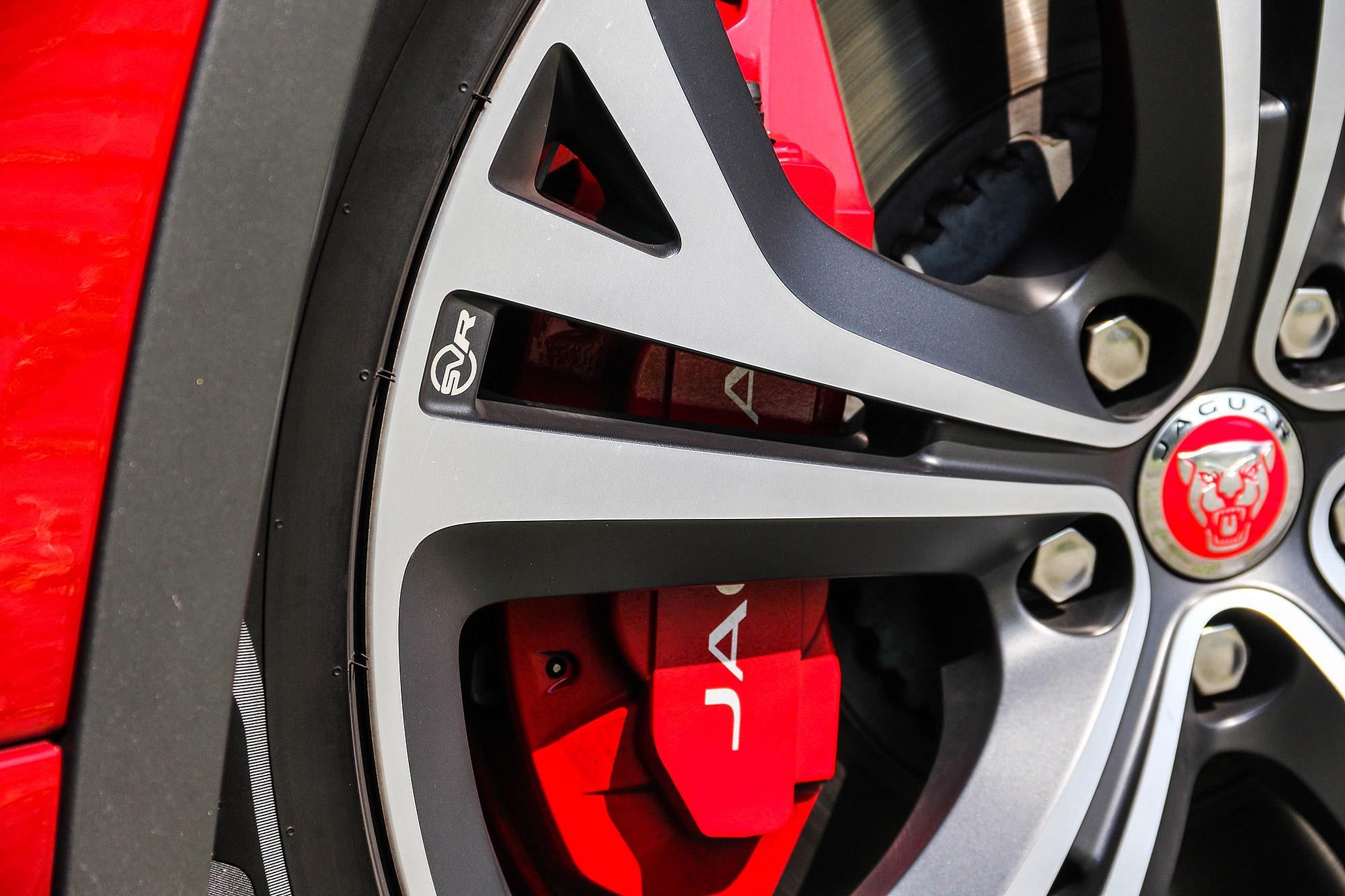 標配紅色煞車卡鉗。