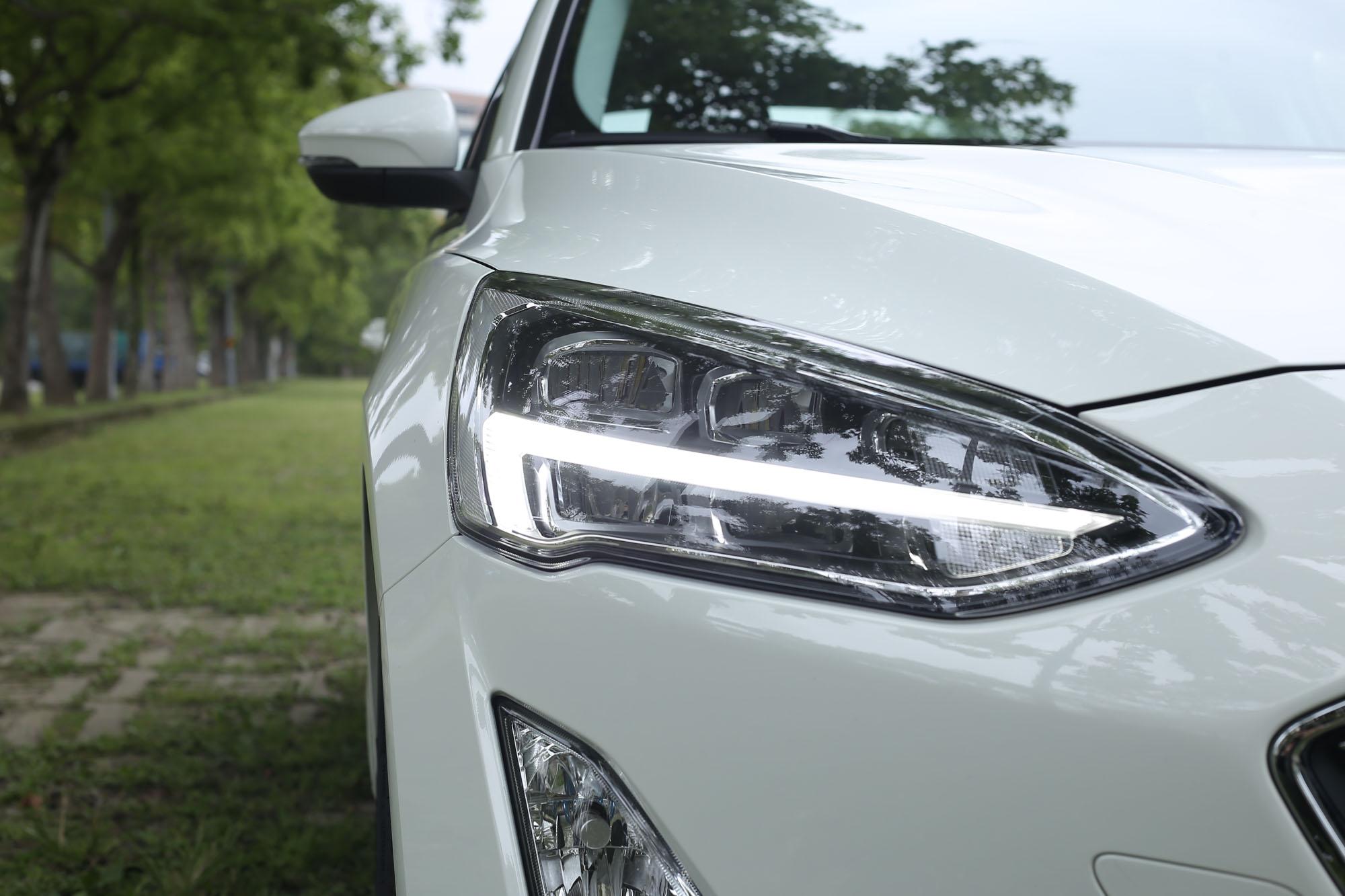 試駕的 EcoBoost 182 17TSR 四門車型配備 LED 頭燈,與五門頂規車型 ST-Line 版本相同。