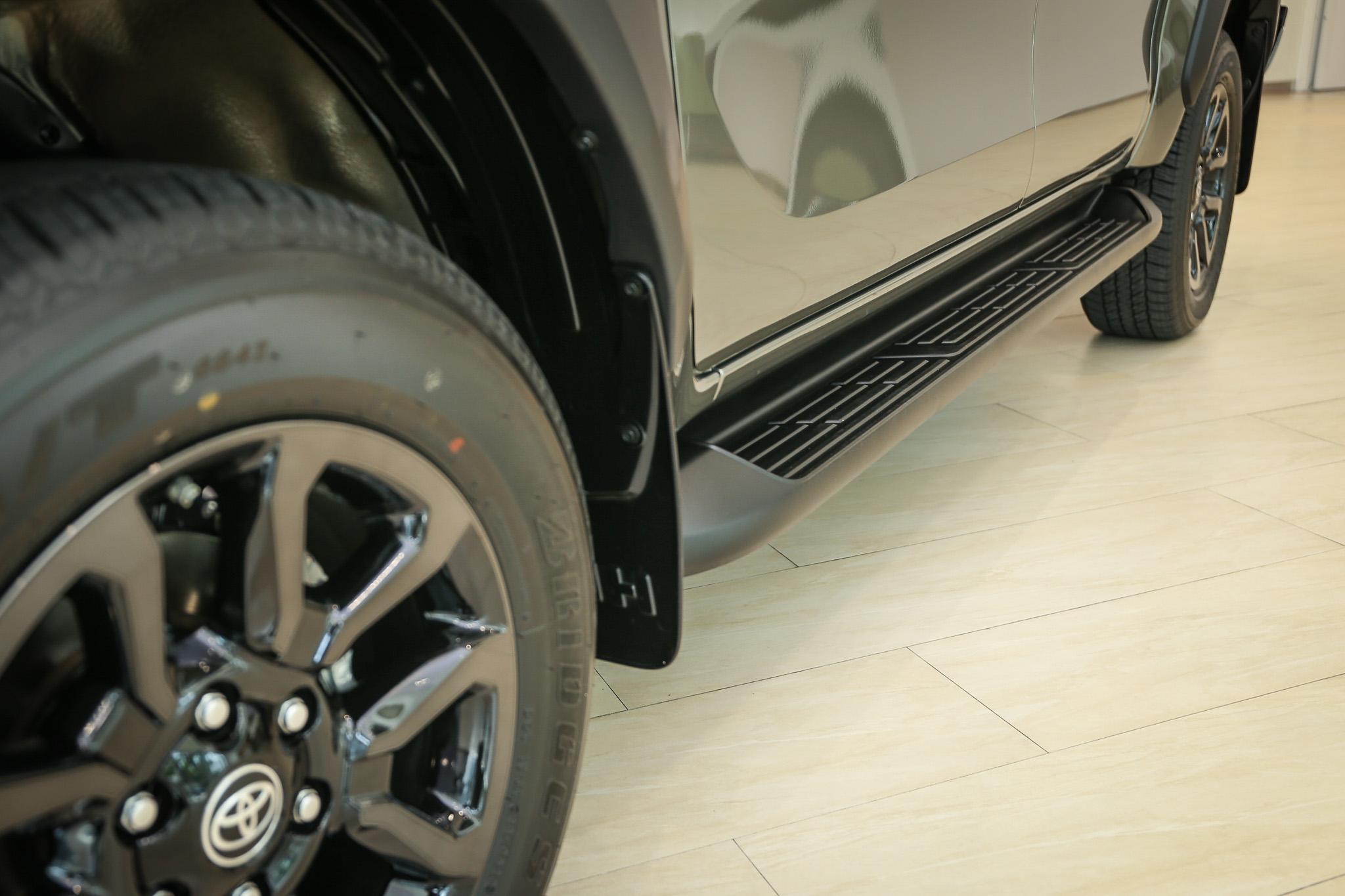 採 18 吋曜黑鋁圈搭配輪拱防刮飾板。