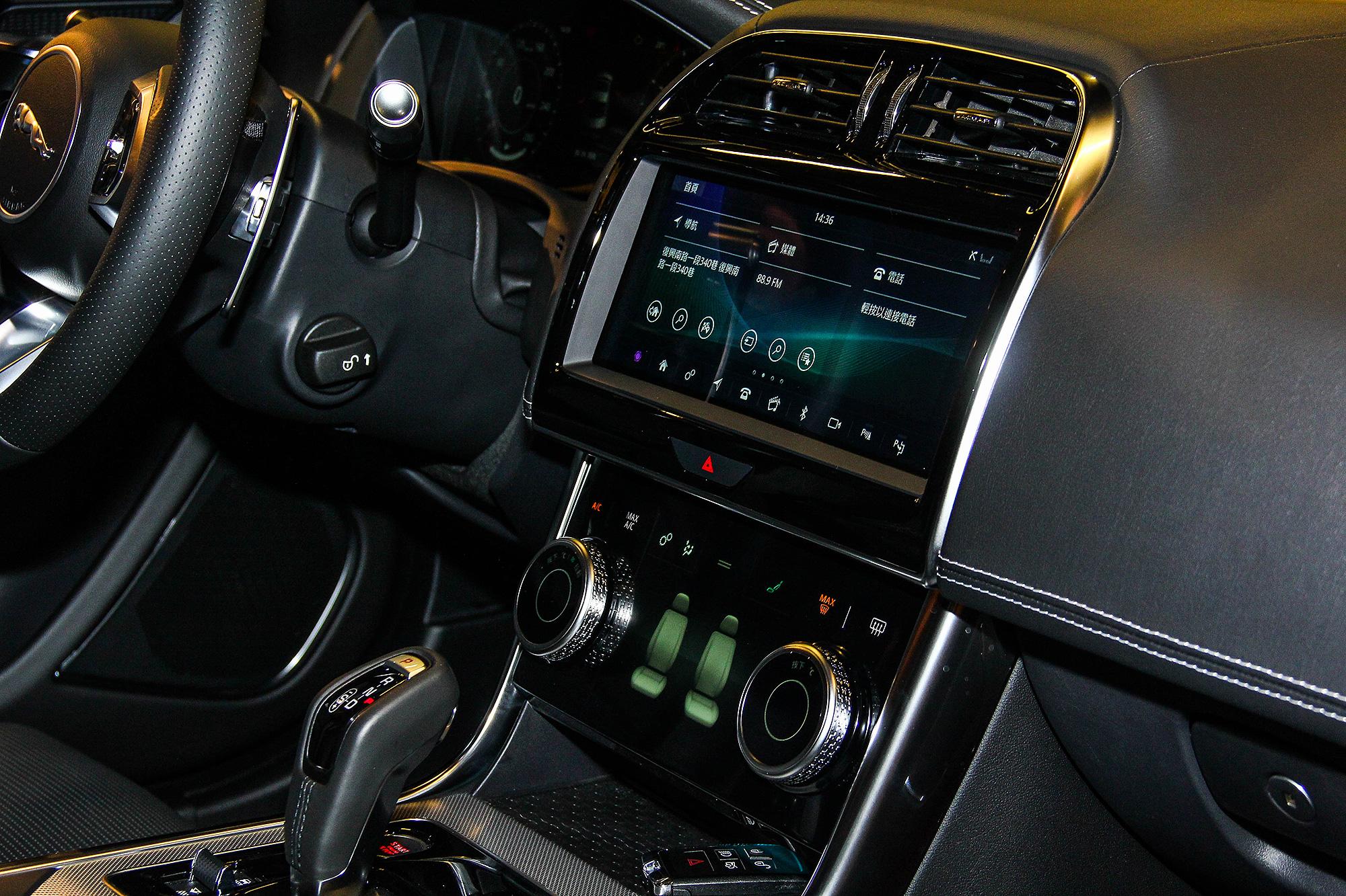 中控台控制介面由兩組觸控螢幕組成。