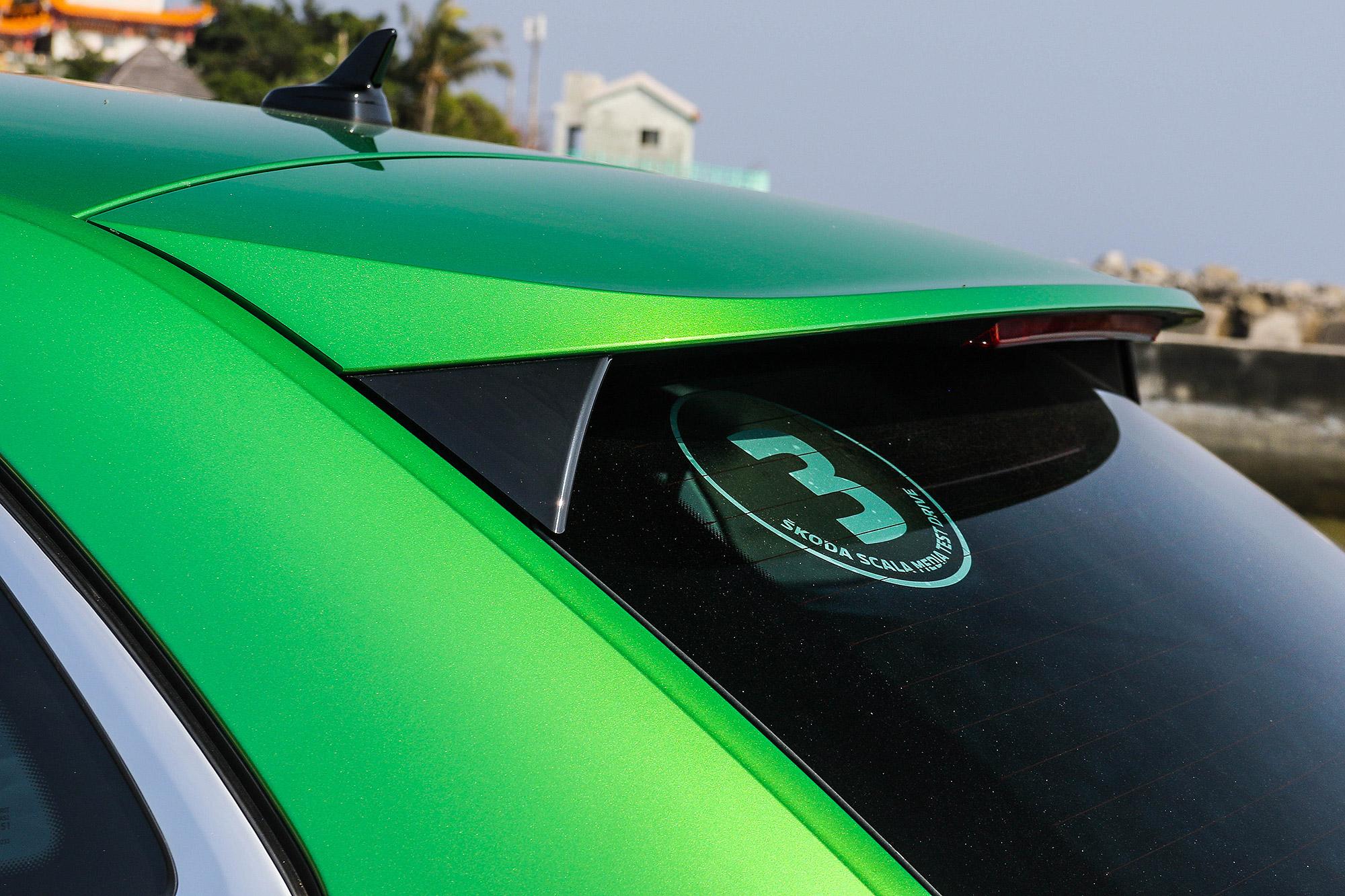 豪華版車型標配大型尾翼,側邊亦配備空力穩定設計。