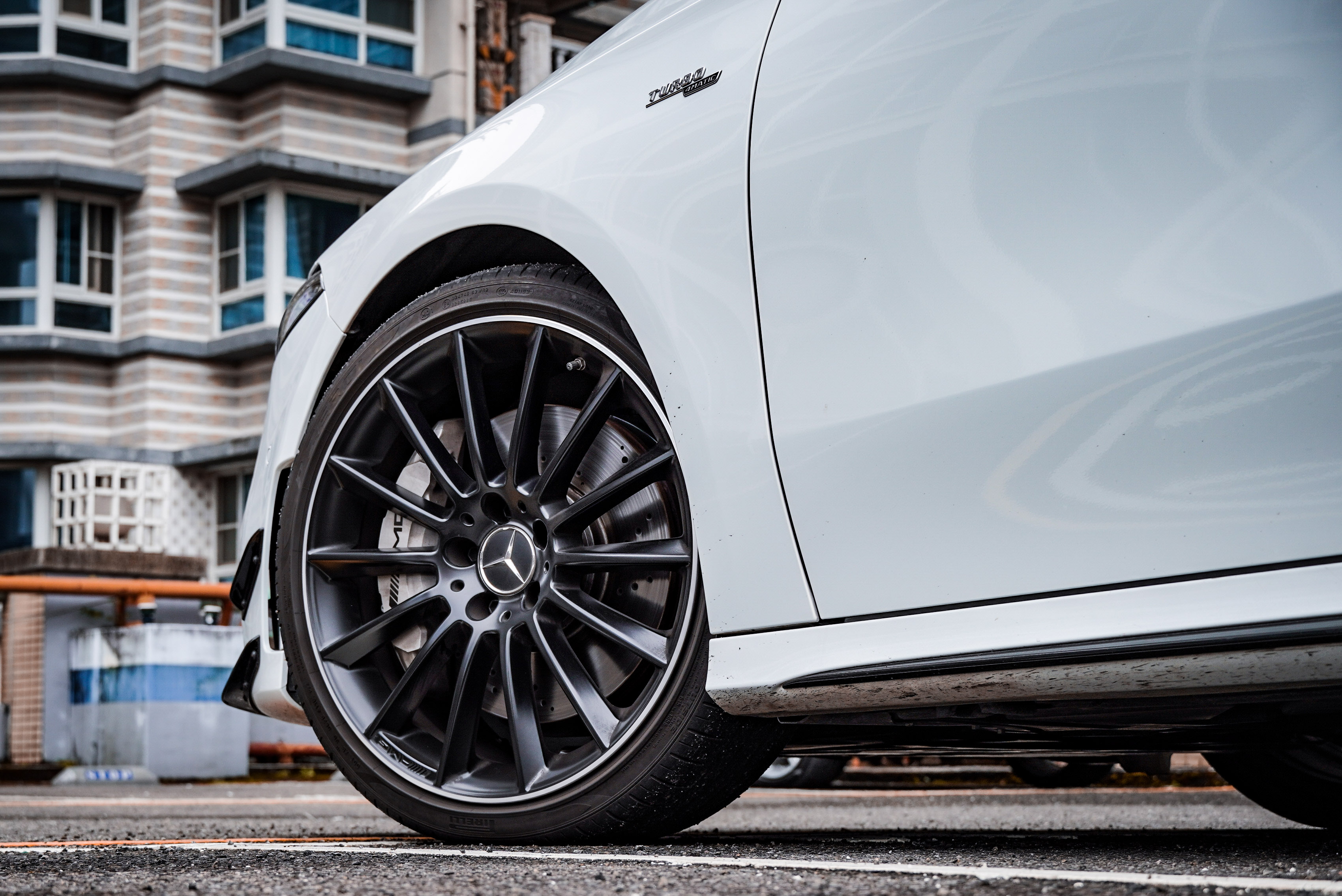 試駕車選配黑色 19 吋AMG 多輻式輕合金輪圈,標配為銀色。
