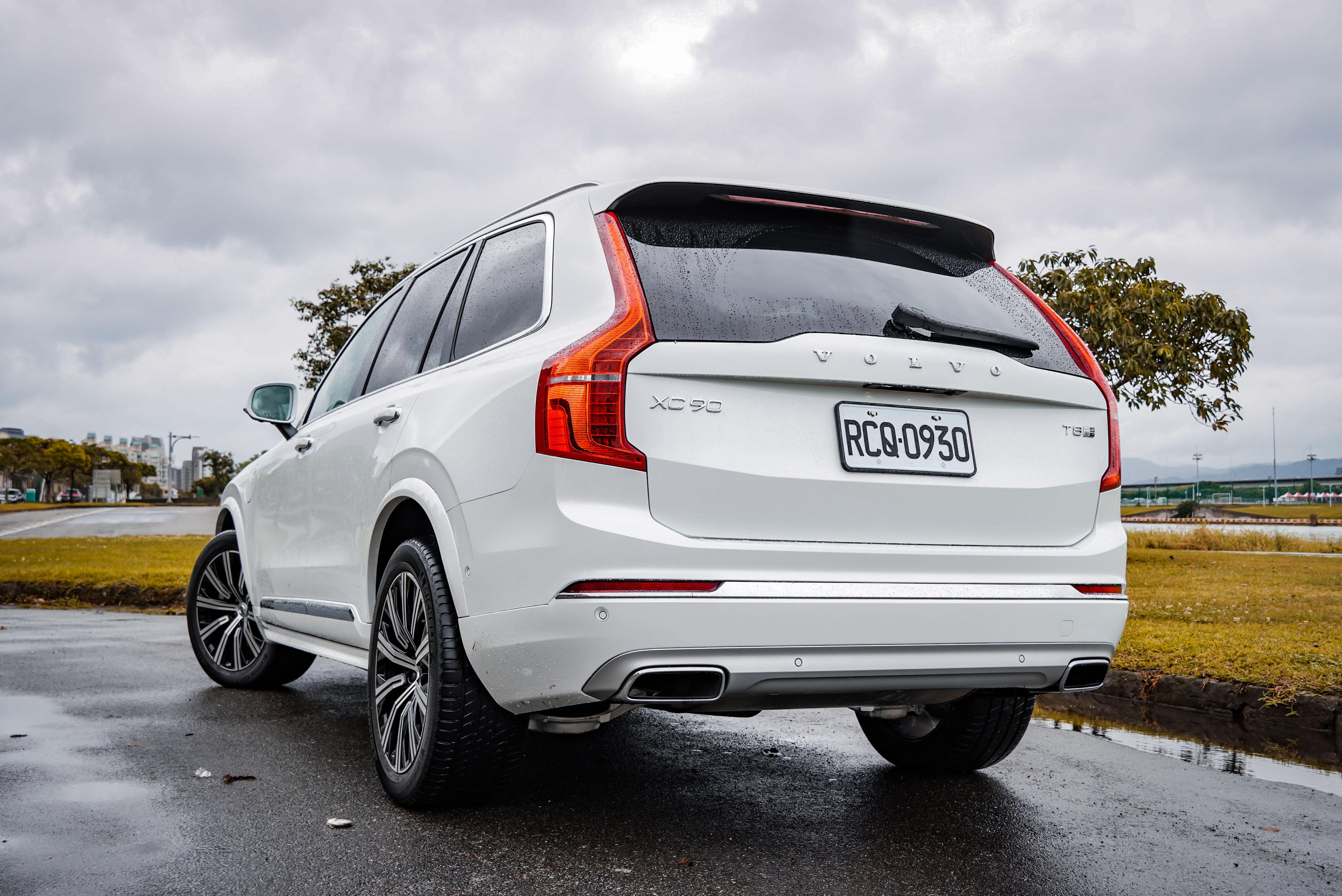 T8 動力另提供 420 萬元的 Excellence 四人座車型。