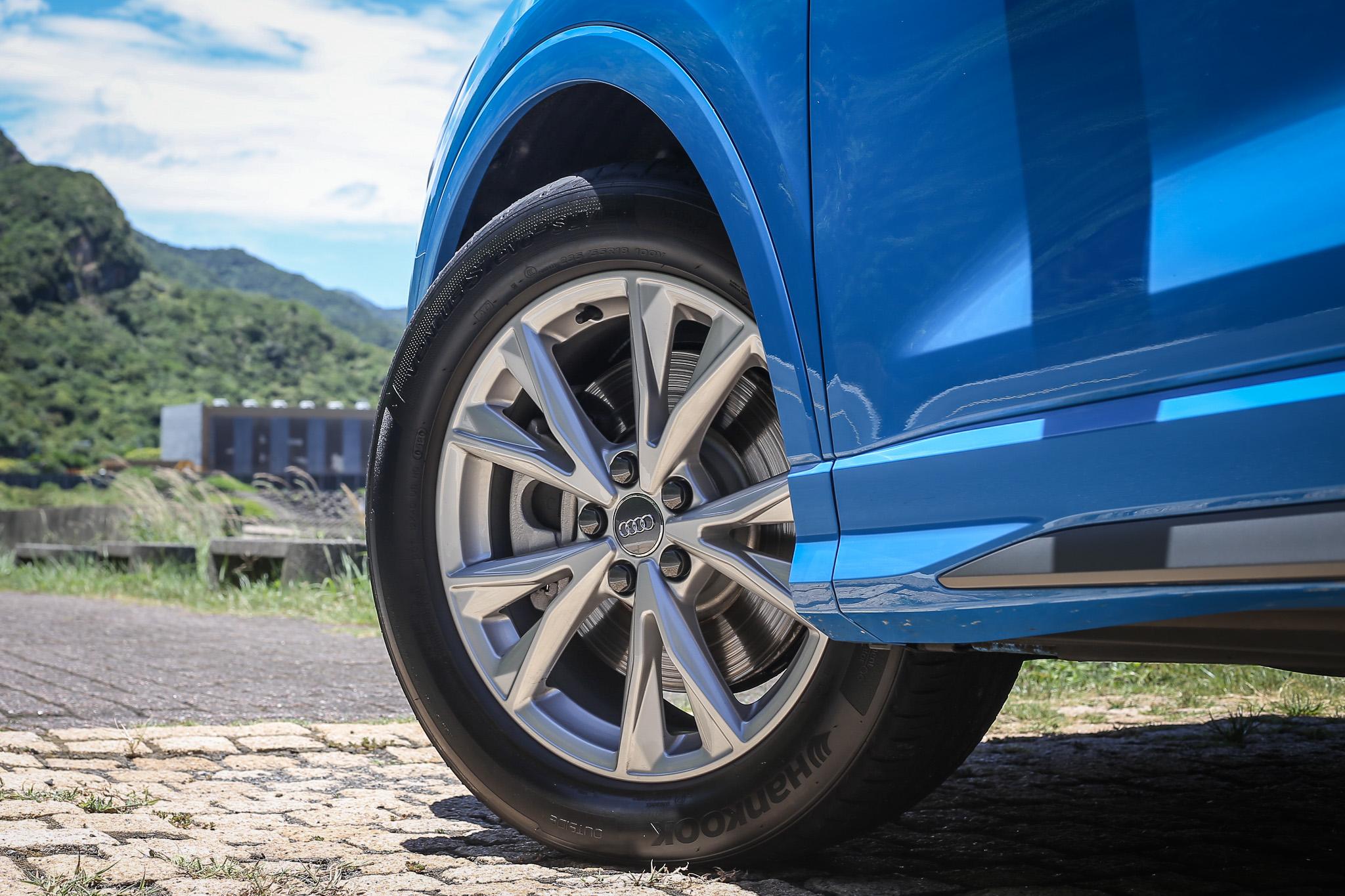 與 Q3 35 TFSI advanced一樣都是配備 18 吋胎圈規格。