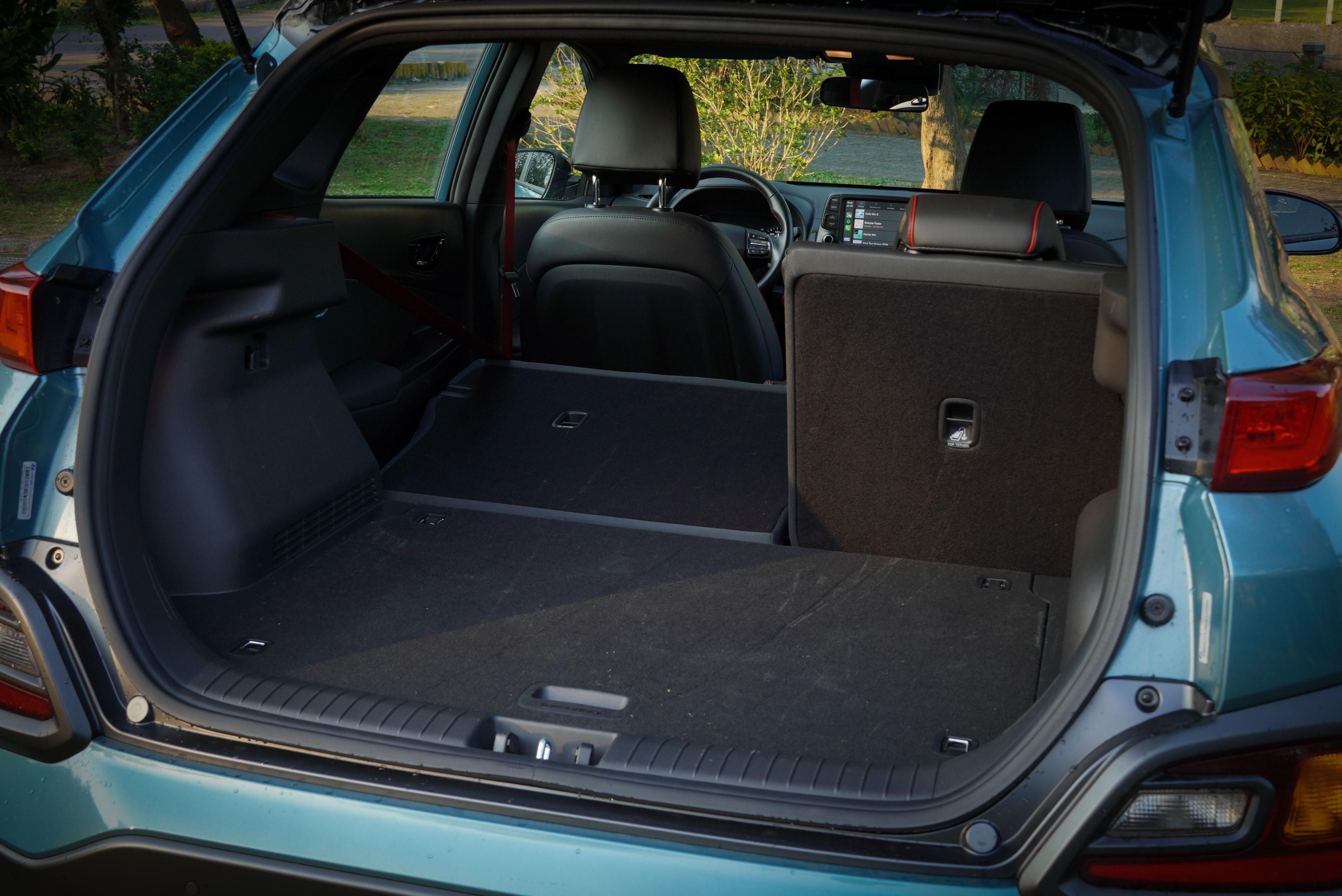 Kona 行李廂容積為 361 公升,並提供 6/4 椅背分離傾倒。