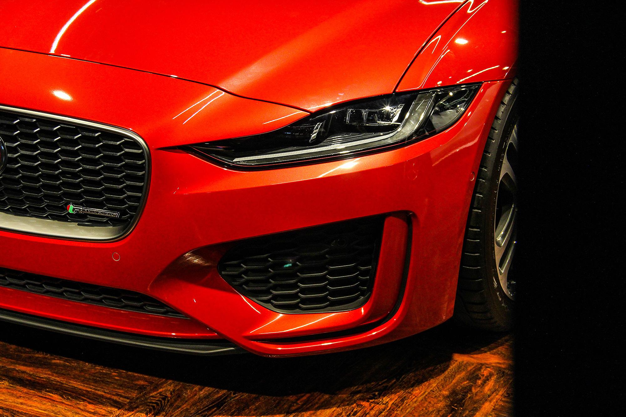 頭燈與車頭造型細節的修飾,為小改款 XE 外觀最明顯之處。