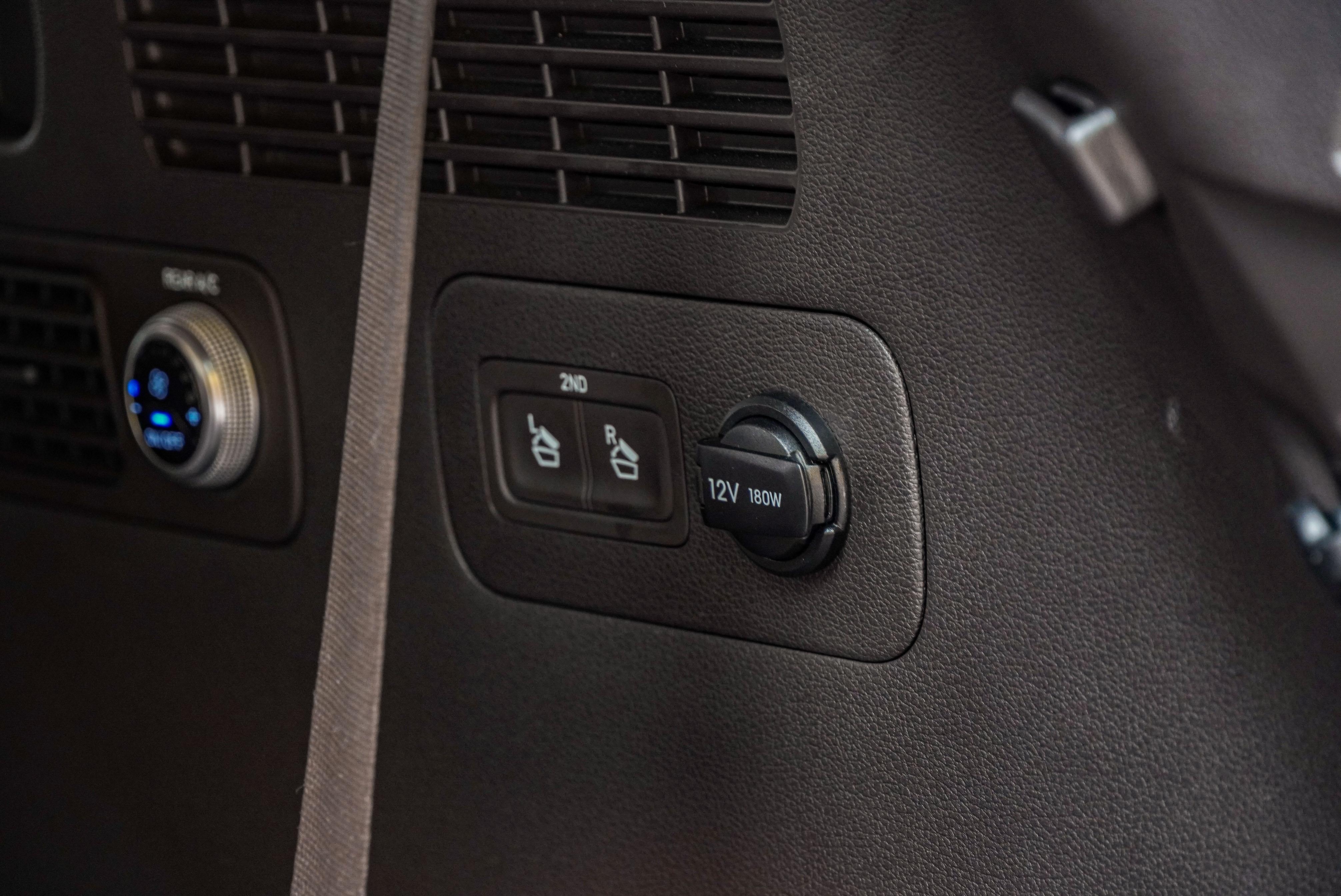 Easy-Fold 第二排座椅釋放鈕為 Easy System 內容。