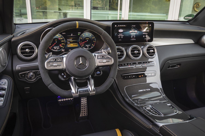 GLC 63 S 4MATIC+ Coupé 駕駛艙具備 AMG 專屬方向盤設計及獨家調整旋鈕。