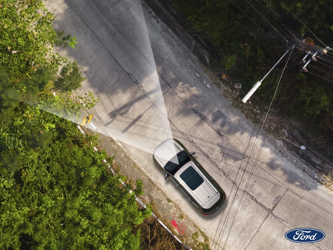 Ford 部分車款具備監控系統,能提醒駕駛潛在危險,甚至能介入並控制車輛,在必要時避免意外發生。