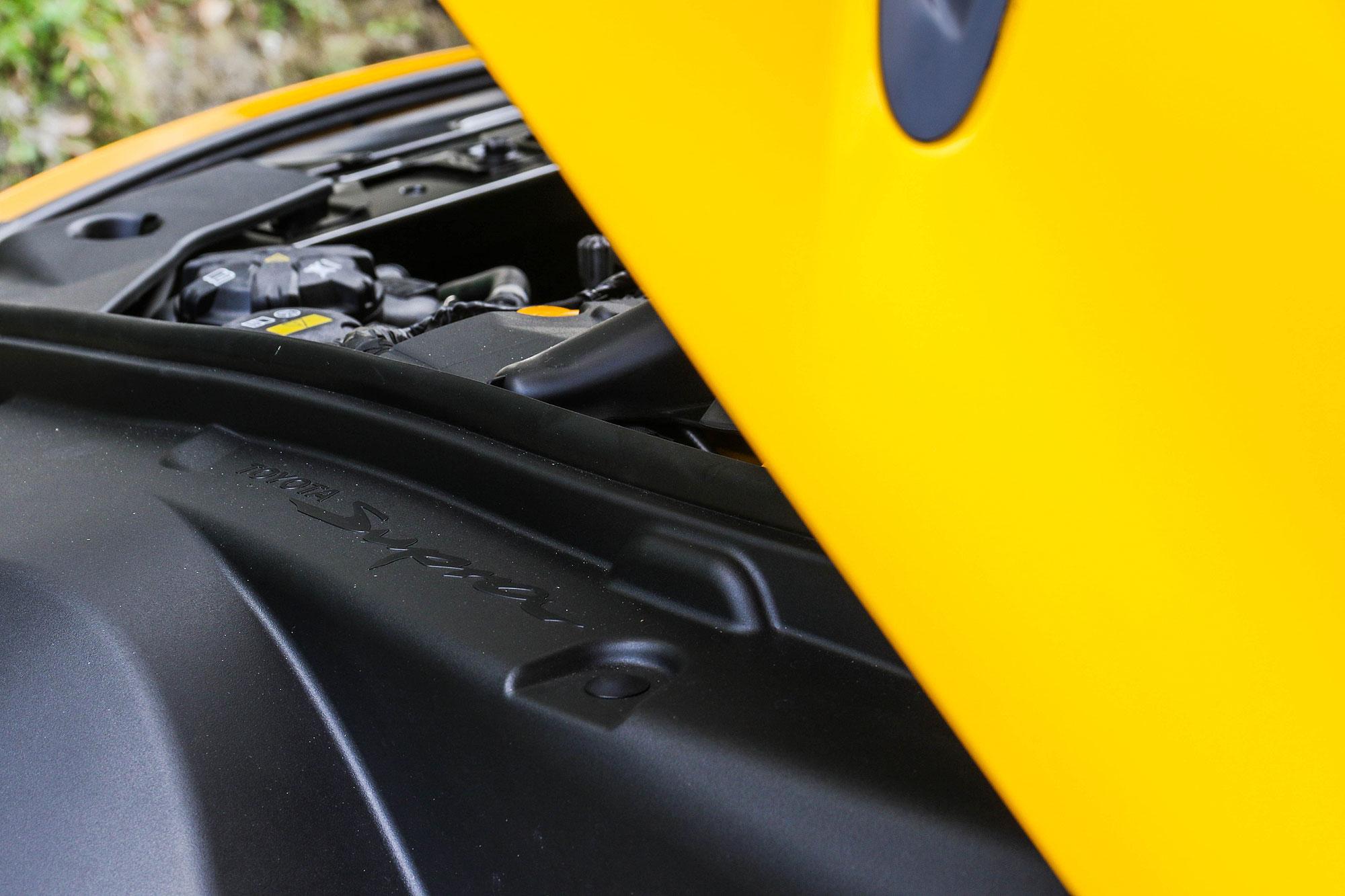 引擎室側邊點綴有 Supra 字樣。