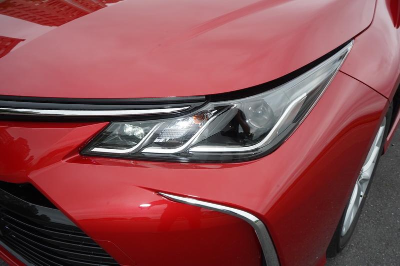 頭燈輪廓與Hybrid版相同,僅差在內部燈具排列方式有所調整