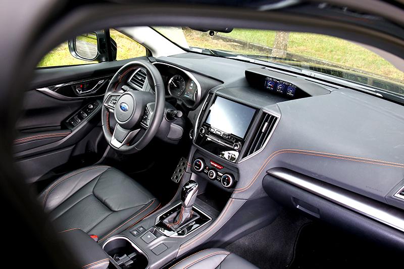 座艙沒有做任何變動,但軟質儀表平台、碳纖維門把飾板與橘色車縫線,仍營造出不俗質感氛圍。