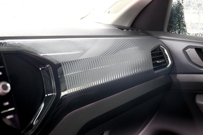 副駕駛座前方的飾板採用的是霧面的漸層條紋圖樣
