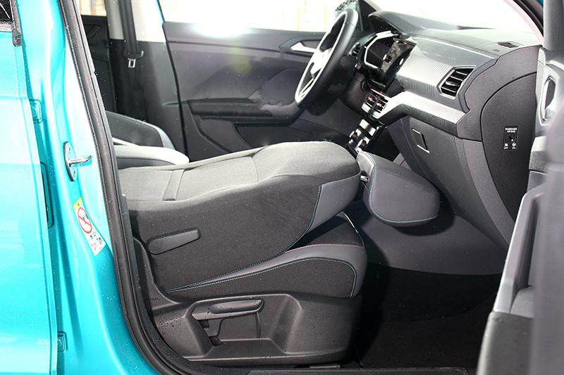 副駕駛座的椅背可完全打平,多出來的長度能置放約200公分的長型物件