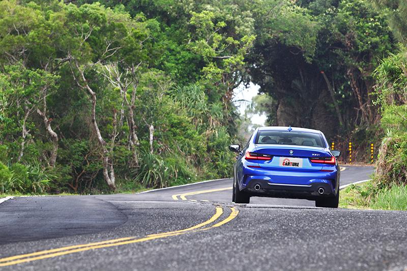 在一般角度彎路中,330i M Sport總能將車漂亮的控制在車道中央,基本上只要不超過45度的彎角,幾乎都能完美協助順利轉向。