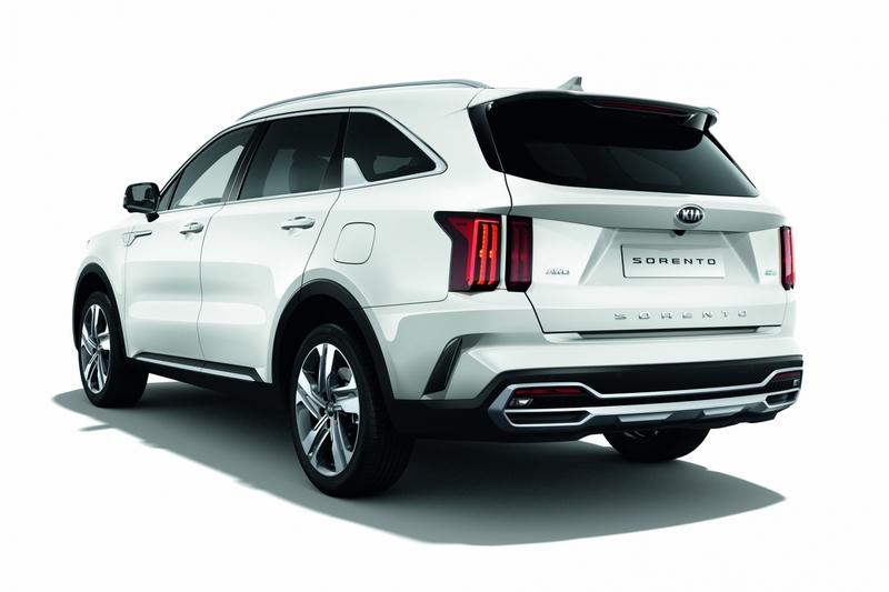 車尾輪廓承襲車頭設計同樣有著強烈俐落筆觸。
