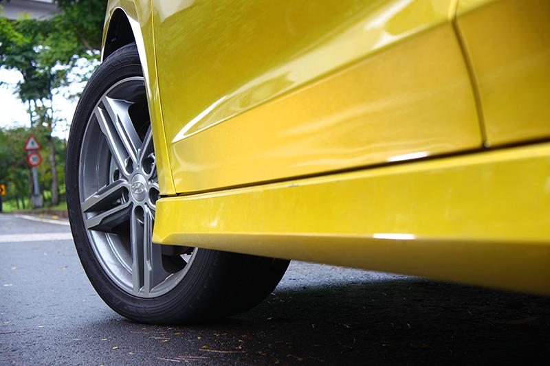 車側透過225/45 R17圈胎以及側裙相襯,帶來不流於俗的濃郁跑味。