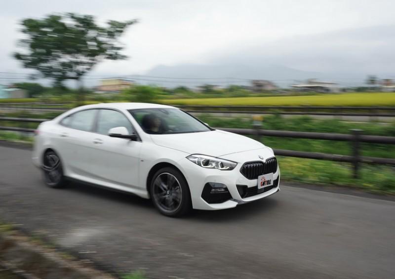 擁有較短軸距的2系列Grand Coupe即便採以前驅設定依舊保有優異的操控傳統