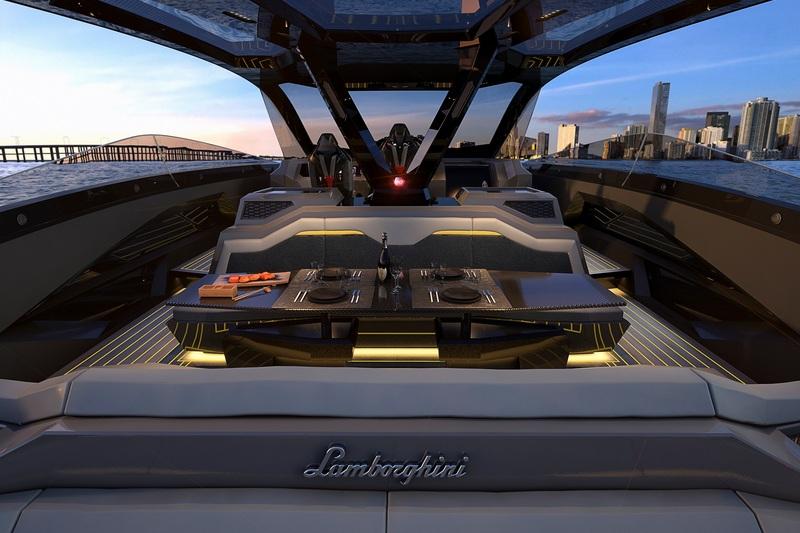 後方規劃遊艇不可缺少的吃飯喝酒休憩空間。