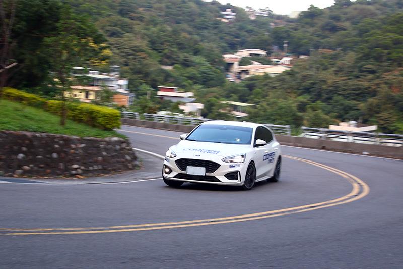 Ford Focus ST-Line換上ZEON RS3-G1™上路後,路感回饋手感變得滑順許多,舒適性也提升,若以日常使用下更符合多數消費者需求。