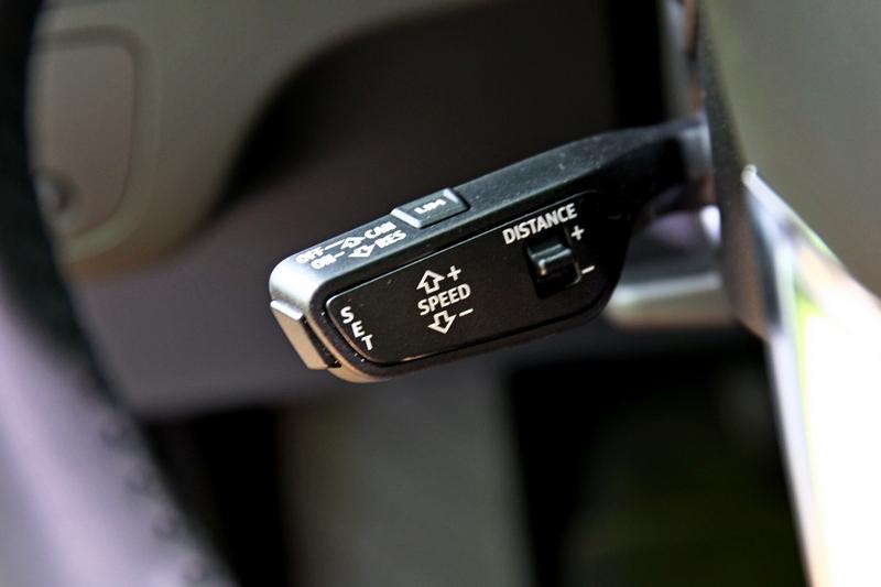ACC主動定速巡航控制系統與主動式車道維持及偏離警示,建構出Level 2半自動駕駛。