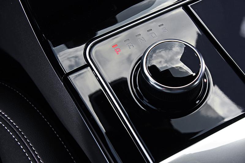 採旋鈕式鋪陳的CommadShift八速手自排變速系統,不僅齒比綿密同時設計引人入勝。