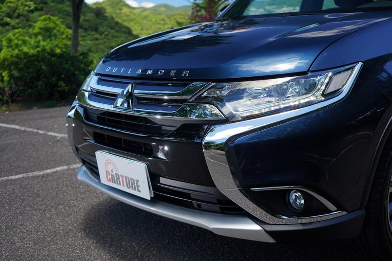 小改款後的Dynamic Shield家族車頭設計,比起改款前在於車頭水箱護罩與前保桿兩側採用鍍鉻材質拉出兩道立體曲線
