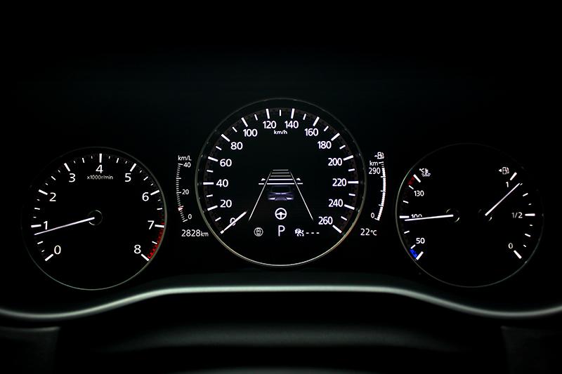 全車系不僅皆標配MRCC全速域主動車距控制巡航系統,高階車型還提供在時速55公里以下可主動偵測車道兩側標線並將車維持在車道上的CTS巡航模式車道維持輔助系統。