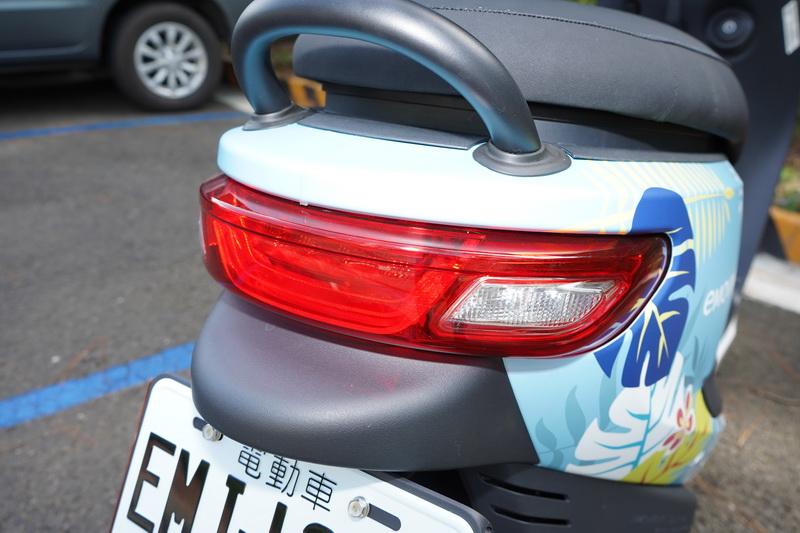 尾燈同樣承襲頭燈的長弧形設計,中央煞車燈採用U字導光條造型