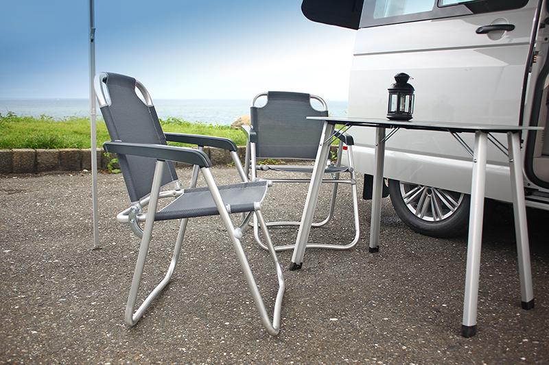 可由尾門抽取的兩張折疊椅相當堅固好坐,而收納於車側門板內的折疊桌也是便利好物。