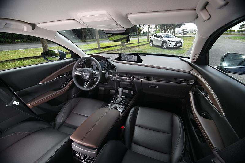 什麼是高級車?是品牌光環炫目還是視覺琳琅滿目?CX-30以跳色演繹的細膩座艙告知我們,質感才是決定等級高低的關鍵!
