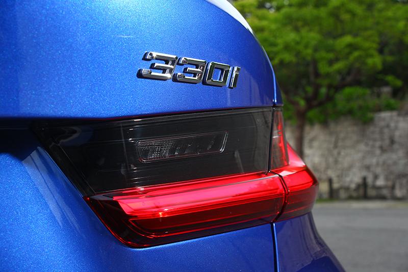 車尾都掛上330i的標誌了,應該不難猜測這輛車的實力吧?