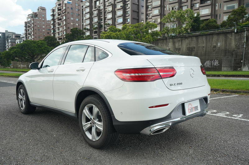 Coupe車型最明顯的特徵便是那斜背式的尾部設計