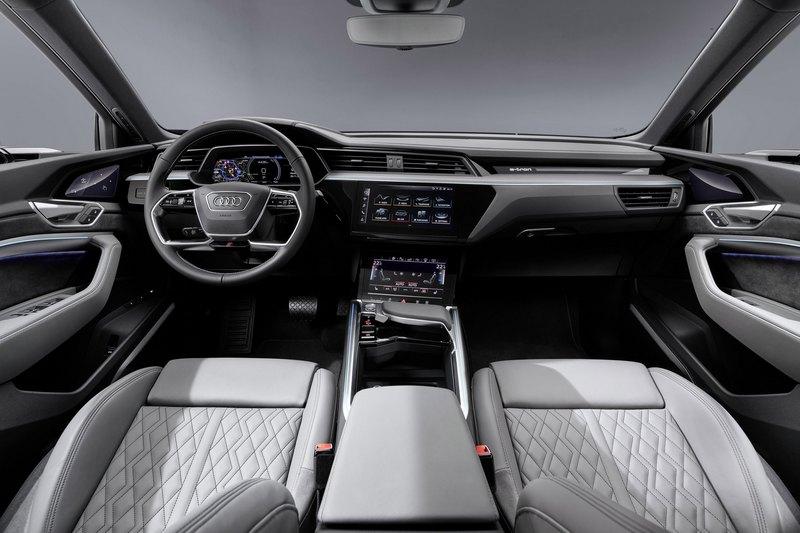 車室就是新世代Audi好用且科幻的虛擬座艙,並且還可選配數位後視鏡。