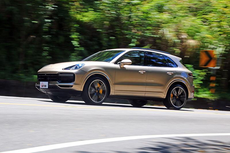 Cayenne Turbo在不同模式下,動力輸出調性有明顯不同,讓人有開到三台車的感覺。