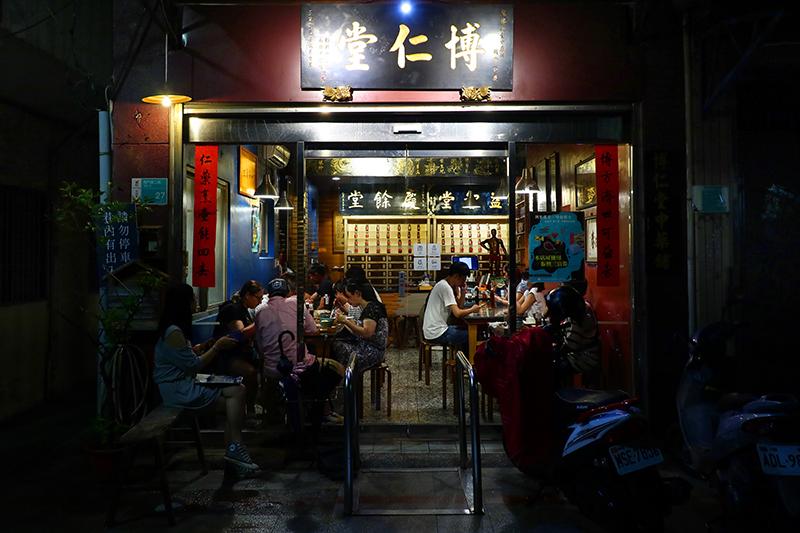 第一晚住的民宿對街,便是這間小有名氣的中藥房,裡頭竟然賣得是藥膳餐飲。