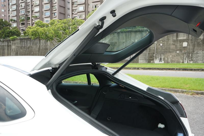 GLC Coupe受限於尾部造型之故,置物高度也有所限制