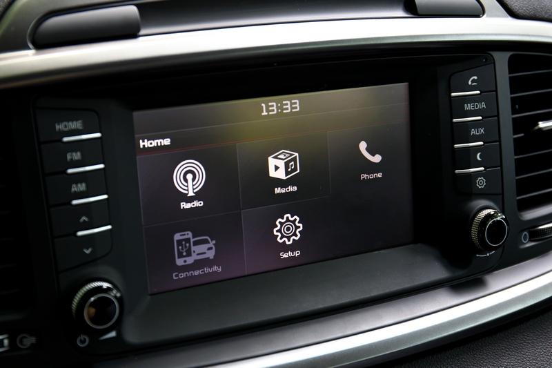 中控螢幕為7吋規格,雖然是英文介面但操作其實很簡單直覺,並且還支援Apple Carplay與Android Auto功能。