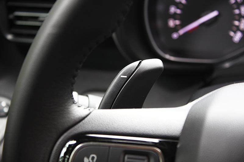 除手排外全車系標配方向盤換檔控制撥片,享受盡其在我駕馭樂趣。