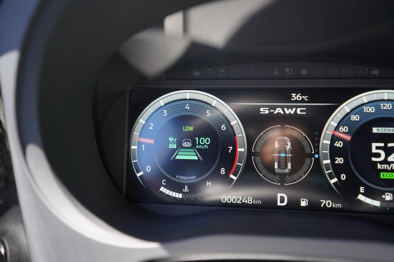 開啟主動巡航系統後,車距、跟車速度、車道偏移警示功能會顯示在儀表左側
