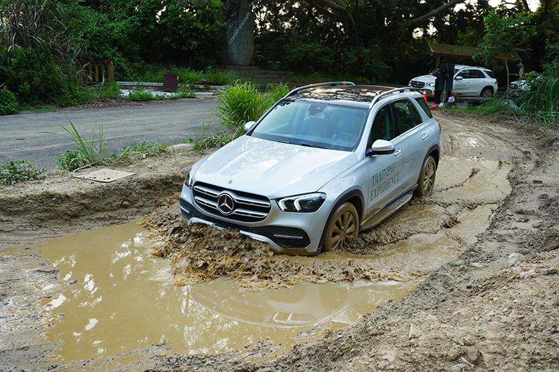 GLE可以輕鬆通過枕木與泥濘路面。