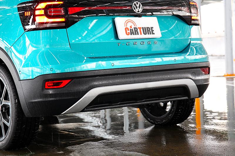 車牌下方有專屬的車名鍍鉻字樣,Style Design車型的保桿下緣還有一道ㄇ字型的底板飾條