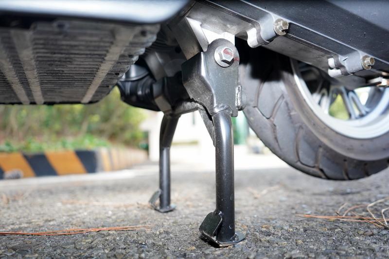 駐車中柱為電動啟閉式,在斷電模式下僅需長壓右側把手的Mode鍵便能自動升起或收起