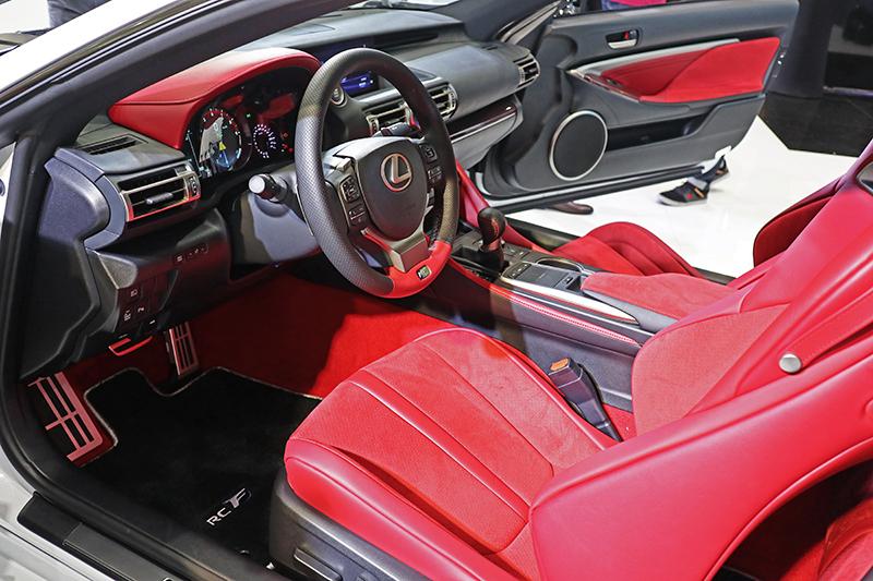 烈焰紅Alcantara內裝搭配紅色CFRP碳纖維飾板,營造出熱血座艙氛圍。