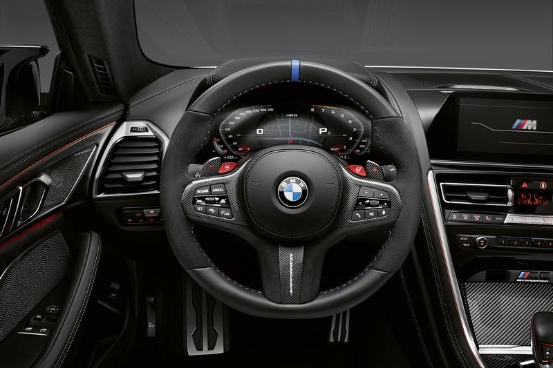 方向盤在藍色車縫線、麂皮與碳纖維換檔撥片組合配下,不論視覺或手感都獲得滿足。