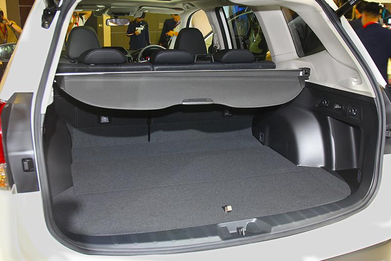 行李廂空間因配置電池而減少至509公升容積。