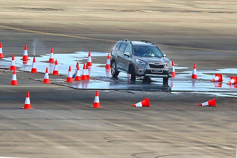 濕滑路面擺放鐵板加上泡沫水,雖然仍會打滑偏移但四驅系統很快就能穩定車身。