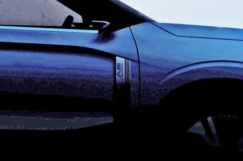 若將照片調亮後可以發現於葉子版處配有EV銘牌。