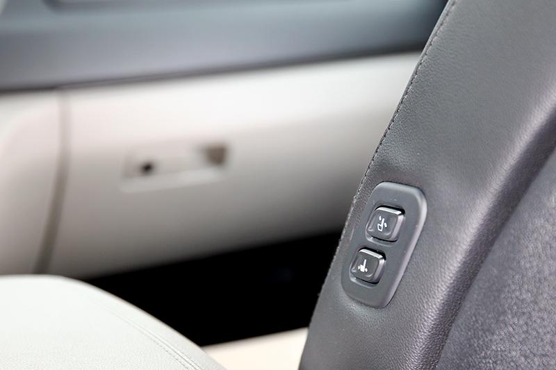 第二排能控制副駕駛座前後距離與椅背角度。
